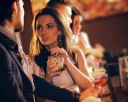 Как привлекать внимание парня до знакомства?