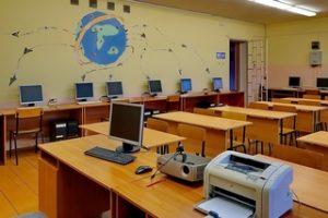 Класс с компьютерами и офисным оборудованием