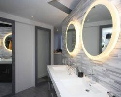 Зеркало с подсветкой – современное решение для ванной комнаты