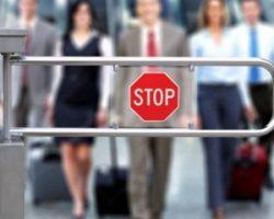 Запрет выезда из РФ за долги: как проверить и что делать?