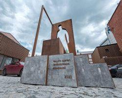 Услуги курьеров впервые отмечены памятником в Москве