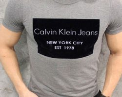 Как выбрать брендовые мужские футболки и куртку к ним