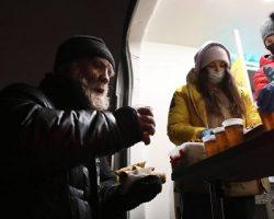 «Ночлежка» накормила  бездомных блинами